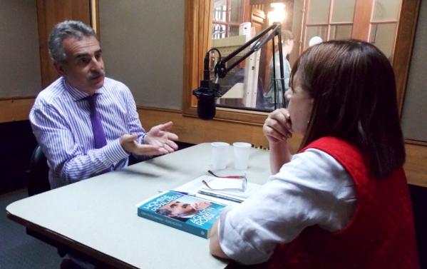 El Ministro Agustín Rossi junto a Mona Moncalvillo en los estudios de Radio Cooperatova