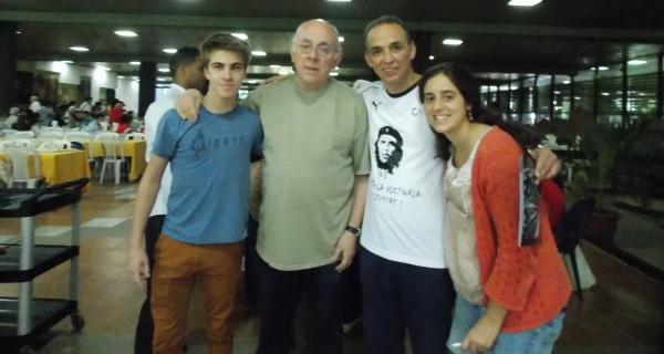 Adrián Amodio, director de Radio Cooperativa AM770, con Antonio Guerrero Rodríguez, héroe cubano en el Palacio de las Convenciones